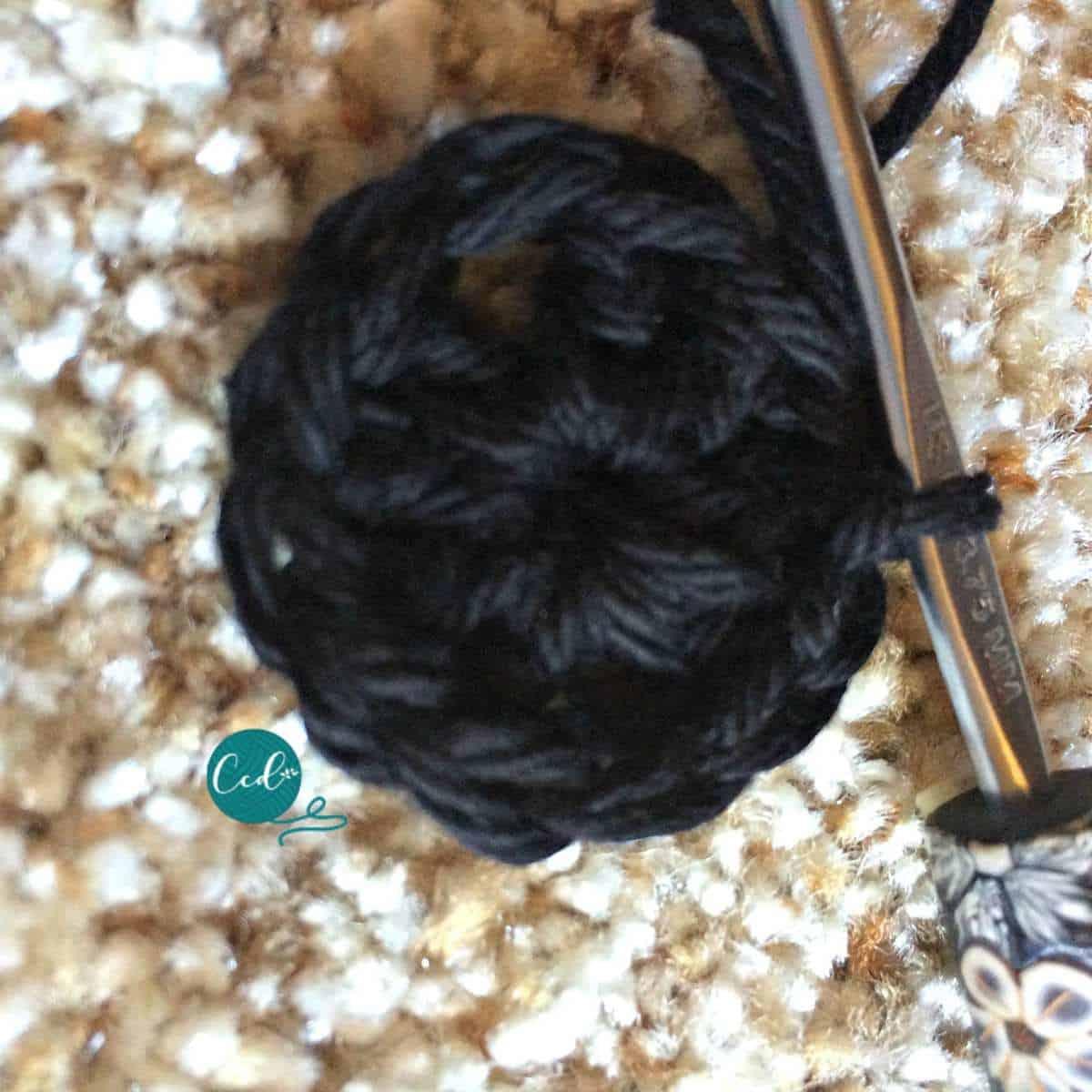 Crochet sandals black dc round 1.