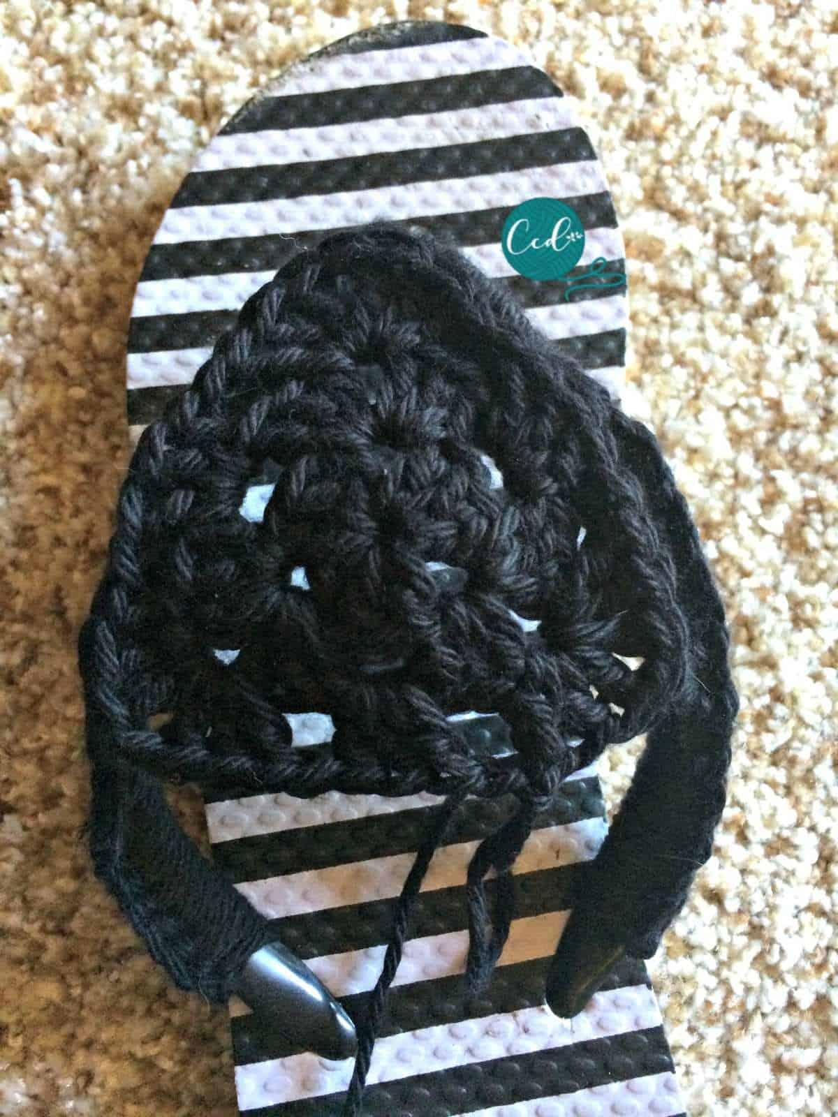 Crochet sandals with granny black.