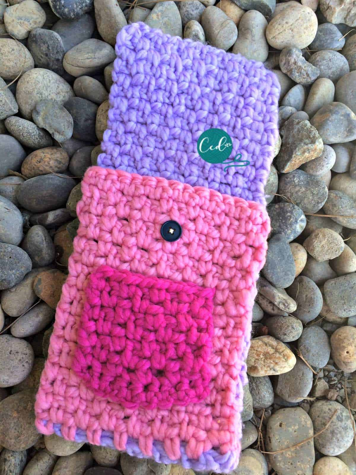 Crochet tablet cover opened with pocket and button.