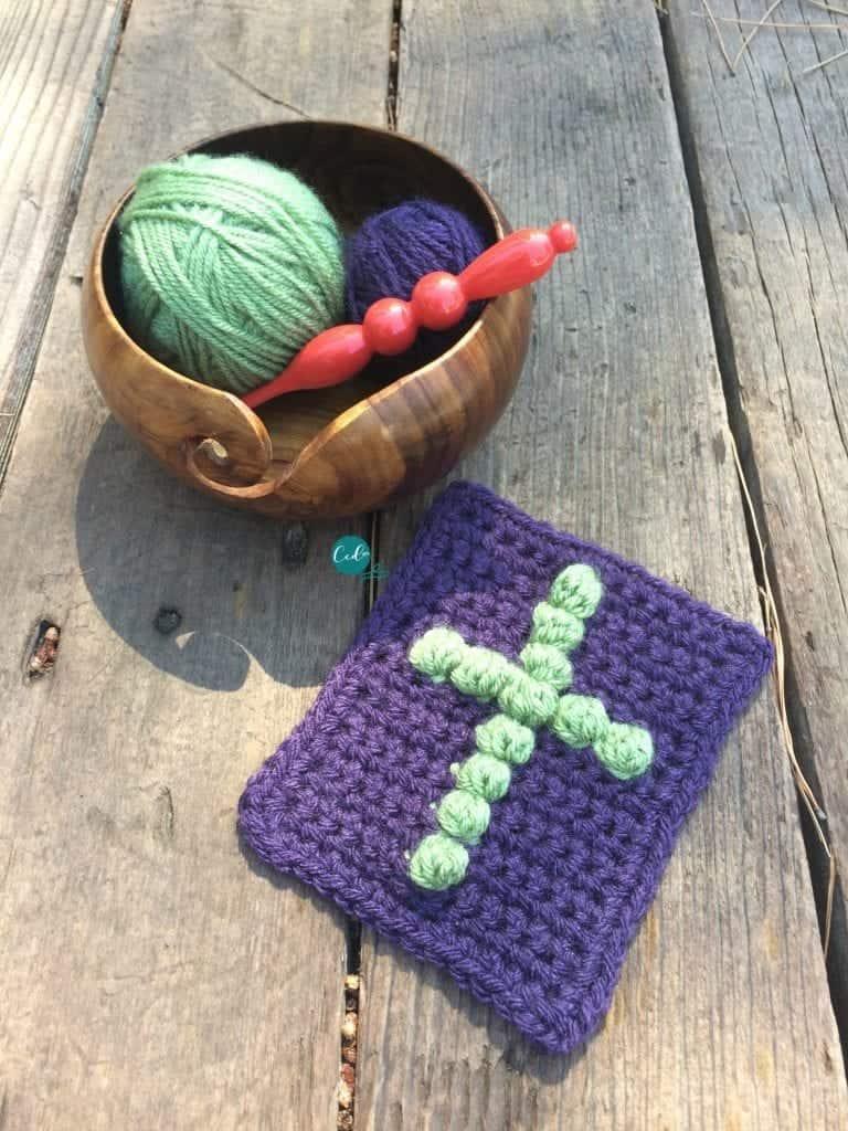Pocket pray cloth crochet pattern with cross in green.