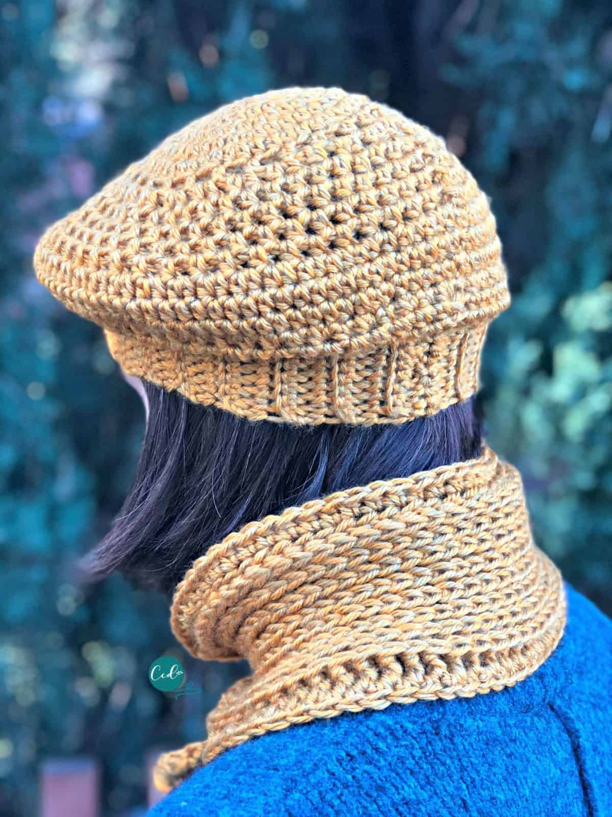 Back of scarflette and hat on woman showing the stitches and texture.