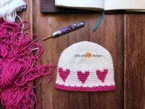 picture of white hat with pink hearts flat