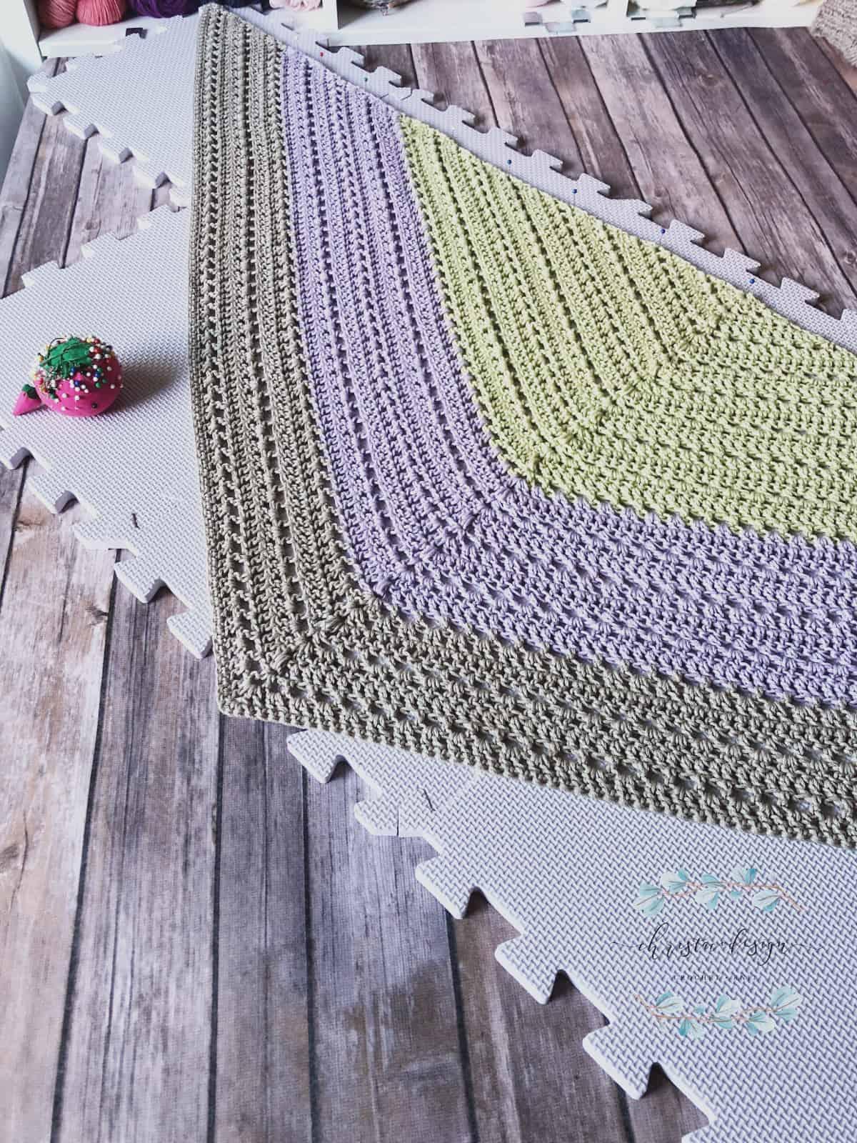 Photo tutorial triangle shawl blocking.