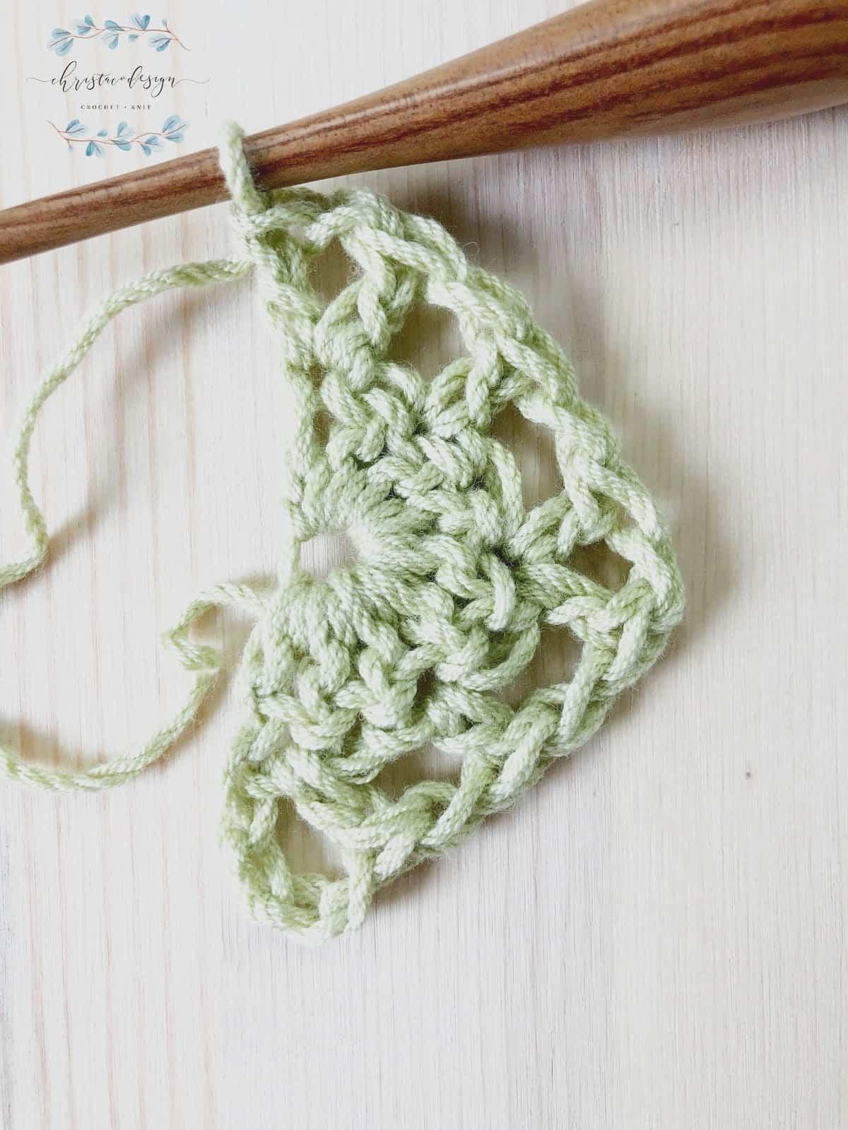 Beginner triangle shawl free pattern row 2.